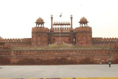 http://www.davidstours.com.au The Red Fort in Delhi in the morning. Where are the crowds?