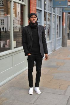 We have a list of 14 inspirational smart casual looks for men. These outfits consist of wearing a casual suit with a pair of sneakers. Men In Black, Men All Black Style, Black On Black Mens Fashion, Black Men Street Fashion, London Mens Fashion, Fashion Menswear, Fashion Mode, Look Fashion, Fashion Trends