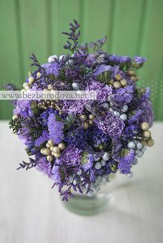 Зимний свадебный букет из синих гиацинтов и сиреневых гвоздик с золотой и серебряной брунией