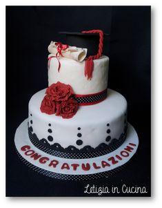 Torta per la Laurea - Pan di Spagna bagnato con succo di fragole e farcito con chantilly e fragole fresche - Graduation Cake
