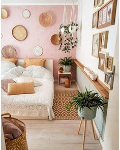 Do you have a small bedroom? There are many things you can do to maximize your space. Here are 11 small bedroom ideas you can implement today. Room Ideas Bedroom, Home Decor Bedroom, Bedroom Small, Bedroom Designs, Teller An Der Wand, Dream Rooms, New Room, Home Decor Inspiration, Decor Ideas