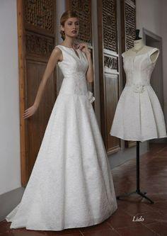 Élégance et raffinement sont les mots qui caractérisent cette robe Lido des Créations Bochet ! Ici, la dentelle est présente tout le long de la robe, sur un tissu plutôt épais. Elle vous donnera une allure très chic !