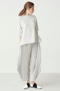 Guarda la sfilata di moda Issey Miyake a New York e scopri la collezione di abiti e accessori per la stagione Pre-collezioni Primavera Estate 2018.