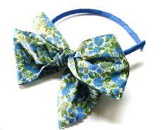 Diadema de flores azul