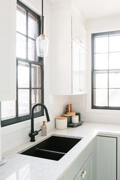 Black Faucet Paired With Undermount Sink The Day Shift ; schwarzer wasserhahn gepaart mit undermount sink the day shift ; robinet noir jumelé à un évier sous le comptoir the day shift ; grifo negro combinado con fregadero bajo cubierta the day shift Modern Kitchen Sinks, Kitchen Sink Design, Black Kitchen Faucets, Faucet Kitchen, Kitchen Cabinetry, Kitchen Sink Ideas Undermount, White Kitchen Sink, Modern Sink, Kitchen Black