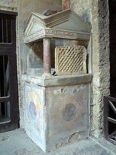 Cristian Medina. Lararium (santuario dedicado a las deidades del hogar) en el atrio. House of Menander, Pompeii. Pequeño santuario doméstico que existía en las casas romanas para honrar a los lares, manes y penates familiares.