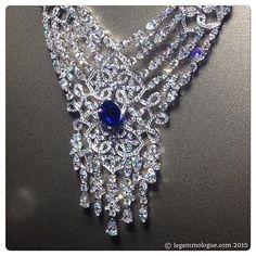 Instagram media le_gemmologue - #secretsandlights Nouveau collier haute joaillerie @piaget7paix, or blanc, diamants et centre saphir du Sri Lanka de 9.68 cts. New high jewelry collection by Piaget, white gold necklace, diamonds and natural sapphire from Sri Lanka 9,68 cts sapphire.