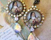 """Boucles rétro """"Sainte Thérèse de l'enfant Jésus """" cristal de swarovski : Boucles d'oreille par lorenza"""