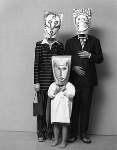 Beschilder een papieren boodschappentas en maak zoals Saul Steinberg een dadaïstisch masker.