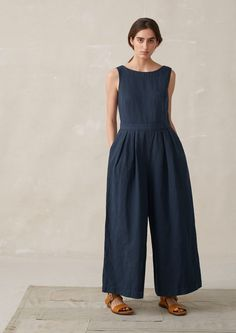 Women's cotton culottes, easy pleated trousers, slubby cotton tees, printed dresses and linen dresses with pinafore style straps. Linen Dress Pattern, Jumpsuit Pattern, Long Linen Dresses, Cotton Dresses, Tapered Trousers, Wide Leg Trousers, Linen Trousers, Trousers Women, Différents Styles