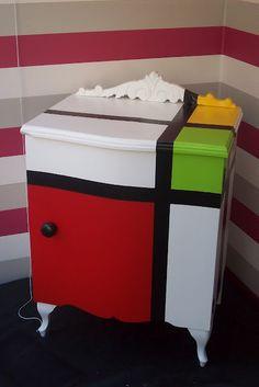 Mesita recuperada con estampado de los cuadros de Mondrian