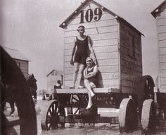vintage everyday: A Collection of 45 Interesting Vintage Photographs of Bathing Machines from the Victorian Era 1901 Vintage Photographs, Vintage Images, Strange Photos, Beach Casual, Belle Epoque, Victorian Era, Old Photos, Cool Pictures, Bathing Beauties