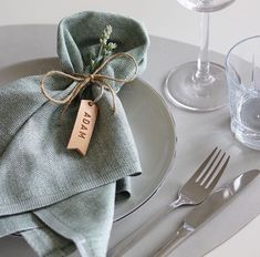 Beautifully elegant table setting with our bestselling LINDDNA leather curved pl Elegant Table Settings, Wedding Table Settings, Place Settings, Wedding Table Cards, Wedding Reception Centerpieces, Wedding Napkin Folding, Wedding Napkins, Objet Deco Design, Deco Table
