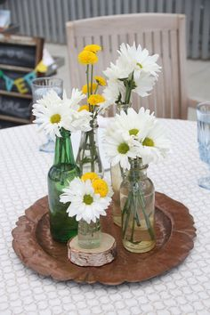 Get Unique Wedding Flower Centerpieces On A Budget That Look Professional And Beautiful - Pretty Bride Now Daisy Wedding Centerpieces, Daisy Wedding Flowers, Bottle Centerpieces, Wedding Flower Arrangements, Wedding Bouquets, Daisy Wedding Decorations, Wedding Ideas, Table Arrangements, Trendy Wedding