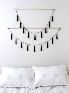 Nate Berkus Interiors How To Decorate With Tassels (scheduled via www.tailwindap… Nate Berkus Interiors So dekorieren Sie mit Quasten (geplant. Wall Hanging Crafts, Yarn Wall Hanging, Diy Wall Art, Wall Hangings, Diy Hanging, Wall Decor Crafts, Inexpensive Home Decor, Easy Home Decor, Easy Wall Decor