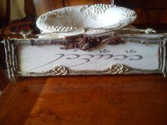 Nome celtico su tavola di pellet riciclato con spago, corteccia e rami d'albero.