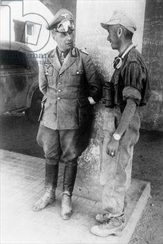 """Erwin Rommel conversando con un soldado del """"Afrikakorps"""" tras la conquista de Tobruk, Libia, junio de 1942. Fotógrafo alemán, (siglo XX) / © SZ Foto / Scherl / The Bridgeman Art Library"""