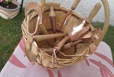 Slovenski kmetje in vrtičkarji so imeli v zadnjih letih priložnost obiskati kakšno izmed predavanj o prednostih uporabe bakrenega vrtnega orodja. Potem ko je bilo mogoče vrtne vile, grablje, motike, grebljice in lopate vseh vrst po spletu naročiti iz tujine, ga zdaj izdelujejo tudi pri nas. Wicker Baskets, Garden Tools, Handmade, Home Decor, Hand Made, Decoration Home, Room Decor, Yard Tools, Home Interior Design
