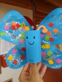 Vlinders van wc-rolletjes. De vleugels kun je de leerlingen zelf laten maken, of alvast tekenen op papier zodat ze het alleen uit hoeven te knippen. Met verf en versiersels kunnen ze een mooie vlinder maken.