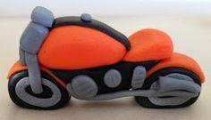 Vous me l'avez demandé, donc voici un petit tutoriel pour la réalisation d'une moto en pâte à sucre. Commencer par former un boudin ass...