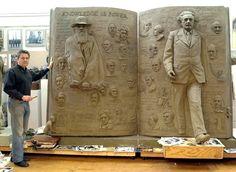 """Zenos Frudakis; """"La conoscenza è potere"""" 2014.  """"La conoscenza è potere"""" è stata creata in terracotta, in bronzo, e si trova presso Rowan University di Glassboro, New Jersey."""