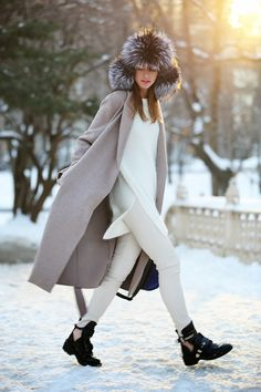 street style, winter white GOLD COAST GIRL - a chicago-based fashion + lifestyle guide Looks Street Style, Looks Style, My Style, Fashion Blogger Style, Fashion Mode, Fashion Trends, Fashion Ideas, Street Fashion, White Jeans Winter