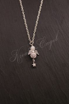 Schutzengel - Wunderschöne Kette mit Mini Glitzer Engelchen  - ein Designerstück von Kreativ-Engel bei DaWanda Pendant Necklace, Beads, Mini, Silver, Etsy, Jewelry, Make Jewelry, Guardian Angels, Wish List