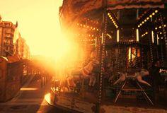 11/365 Carrousol. Domingo 11 de Enero con un sol rojizo que se vuelve mágico con la bruma al atardecer y la musica de un carrousel vacio en pleno gros. Yo salgo de casa pese al frio para ir a ver el partido de la Real en Granada en algún bar. Como un carrousel. Unas vueltas y a casa de nuevo que hace frio, y el empate de la Real me ha dejado más frío aún.