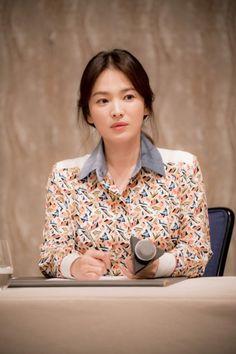 Song Hye-kyo Receives Attention for Not Taking Advantage of Her Celebrity Status Korean Actresses, Korean Actors, Korean Beauty, Asian Beauty, Song Hye Kyo Style, Song Joong Ki Birthday, Korean Drama Series, Hallyu Star, Elegant Dresses For Women