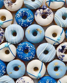 Enjoy customized donuts on your dessert bar Mini Donuts, Blue Donuts, Donuts Donuts, Donut Pictures, Donut Images, Vanilla Donut Recipes, Types Of Donuts, Donut Decorations, Delicious Donuts