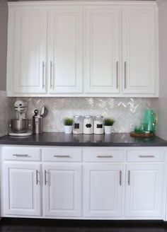 Uplifting Kitchen Remodeling Choosing Your New Kitchen Cabinets Ideas. Delightful Kitchen Remodeling Choosing Your New Kitchen Cabinets Ideas. Backsplash For White Cabinets, Dark Countertops, White Kitchen Cabinets, Kitchen Redo, Home Decor Kitchen, Kitchen Backsplash, New Kitchen, Home Kitchens, Kitchen Black