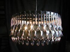 Ingeniosa forma de usar cucharas para crear una lámpara