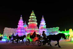 Os turistas que visitam neste inverno a cidade de Harbin, na Província Heilongjiang, no nordeste da China, têm fica impressionados com o festival de esculturas de gelo que tomam conta do lugar