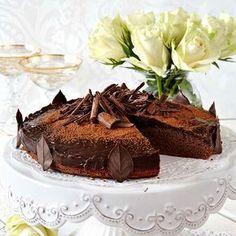 Lyxig men enkel chokladtårta som är fylld med choklad rakt igenom. Chocolate Truffle Cake, Chocolate Truffles, Hot Chocolate, Grandma Cookies, Cake Truffles, Cookie Box, Swedish Recipes, No Cook Desserts, Fika