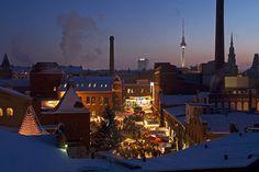 Einer der beliebtesten Weihnachtsmärkte in berlin ist der skandinavische Lucia-markt in der Kulturbrauerei. Hier gibt es Glögg statt Glühwein und Elcheintopf statt Bratwurst (xmas, christmas, weihnachten, romantik, gehimtip, to do in Berlin) >>Saturday. Lucia Weihnachtsmarkt in der Kulturbrauerei