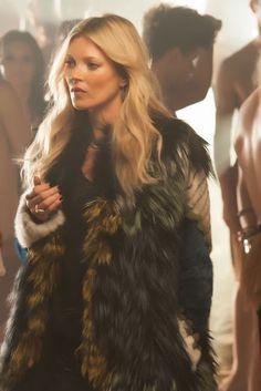 la-modella-mafia-Kate-Moss-in-a-big-fur-for-the-George-Michael-White-Light-music-video-2.jpg (427×640)