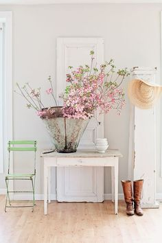 Sweet Cottage Shabby Chic Entryway Decor Ideas - Home Time Entrée Shabby Chic, Shabby Chic Entryway, Shabby Vintage, Entryway Decor, Foyer, Entryway Ideas, Casa Magnolia, Magnolia Farms, Magnolia Homes