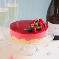 Raspberry mousse cake スパークリングワインに合わせてフランボワーズのムースケーキを作りました いつもは小さく作ったりカップに流すことも多いムースですがこうしてセルクルで作ると豪華に見えますね レシピはcottaさんのWEBサイトに掲載してもらってますブログからご案内しております  そろそろレシピ本が出来上がりそうですっ来週月曜日に詳細のお知らせをしますのでお見逃しなくよろしくお願いします