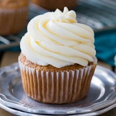 This is my family favorite BEST cream cheese frosting recipe! It goes great on Carrot Cake, Red Velvet Cake, and just about any other flavor cake or cupcake you can imagine. I& been making this cream cheese icing for years! Icing Recipe, Frosting Recipes, Cupcake Recipes, Baking Recipes, Cupcake Cakes, Dessert Recipes, Eggless Recipes, Poke Cakes, Layer Cakes