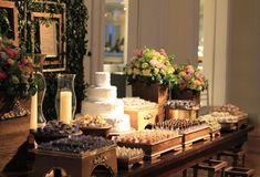 Mesa de doces rústica-chic, com objetos feitos de madeira de demolição. Bonito e ecologicamente correto!