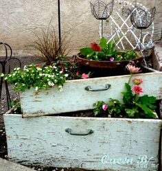 Vertical Gardens Instead of clothes, uses rustic dresser drawers to hold your flowers. Stack two (or more!) on top of each other to turn it into a vertical garden. - You're going to want a bathtub, bicycle, and birdcage ASAP. Rustic Gardens, Outdoor Gardens, Unique Gardens, Outdoor Projects, Garden Projects, Ideas Para Decorar Jardines, Garden Art, Garden Design, Garden King