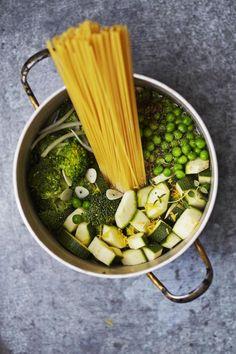 Vihreä kasvispasta valmistuu yhdessä kattilassa ja tuottaa tiskiä vain nimeksi.