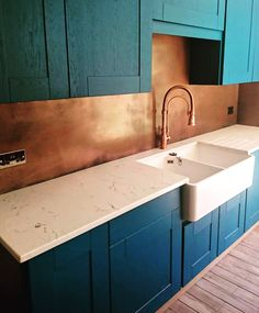 They just keep coming! Another lovely client sent a picture of her kitchen today- this time a copper Splashback. Copper Splashback Kitchen, Marble Floor Kitchen, Kitchen Wall Tiles, Copper Kitchen, Kitchen Layout, Kitchen Flooring, Kitchen Decor, Teal Kitchen, New Kitchen Designs