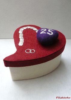 Geldgeschenke - Geschenke-Herz zur Silbernen Hochzeit aus Filz - ein Designerstück von filz-kueche bei DaWanda