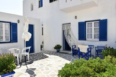 Quietly located in Naousa, the Cycladic-style Hassouri Vaso Rooms is just 70 metres from Piperi Beach and 600 metres from the village centre. It offers air-conditioned accommodation with balcony.