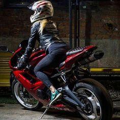 heiße frau auf motorrad