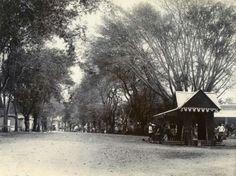 Koloniale geschiedenis. Indonesië (voorheen Nederlands-Indië): Wachthuisje aan de driesprong bij het hospitaal, Malang. Java, 1880-1900.