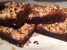 """Så knækkede jeg endelig koden. Denne brownie er ligesom den brownie vi fik serveret i en togvogn i Islamabad - """"Verdens bedste brownie"""" som min mand siger.."""