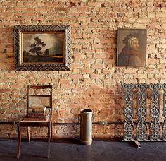 Ótima para aquecer os ambientes, a parede de tijolos à vista é tendência. Desgastados pelo tempo, os tijolos baianos contam um pouco da história da casa do arquiteto e restaurador Luciano Cavalcanti