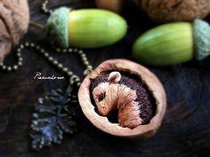 Tiny hedgehog in a shell di Piecuchowo su DaWanda.com